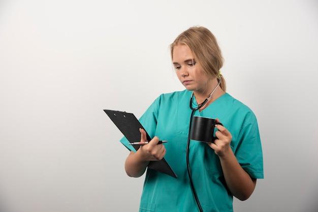 Médica com copo olhando para a área de transferência. foto de alta qualidade