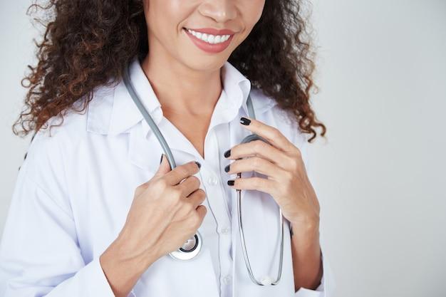 Médica com estetoscópio