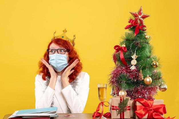 Médica com máscara estéril em frente aos presentes