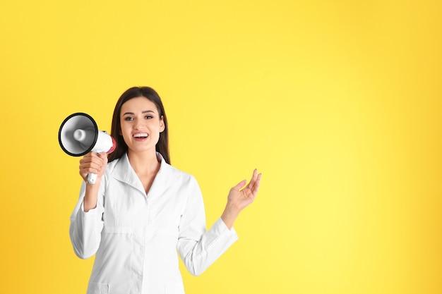 Médica com megafone