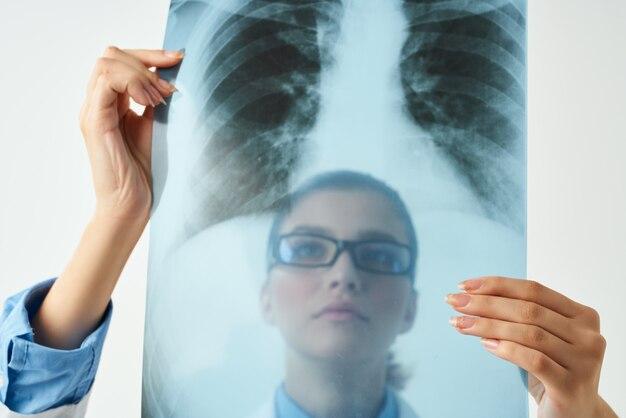 Médica com raio-x trabalho de hospital de cuidados de saúde
