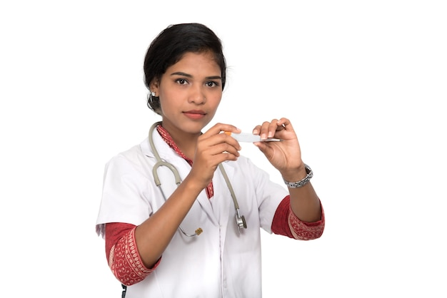 Médica com termômetro em fundo isolado