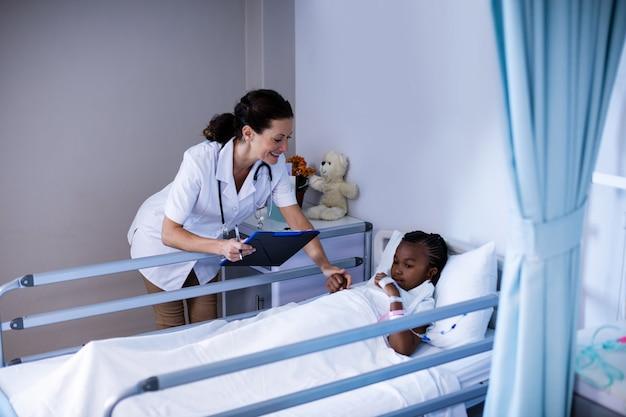 Médica, consolando o paciente durante a visita na enfermaria
