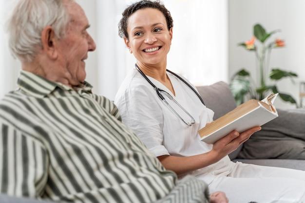 Médica conversando com seu paciente
