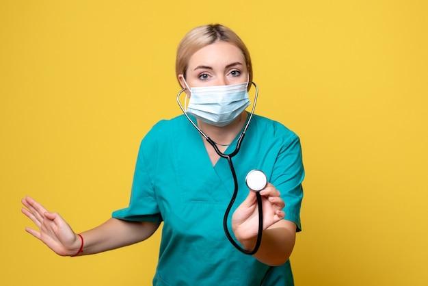 Médica de frente, com camiseta médica e máscara com estetoscópio, médica covid-19, pandemia de enfermeira de saúde