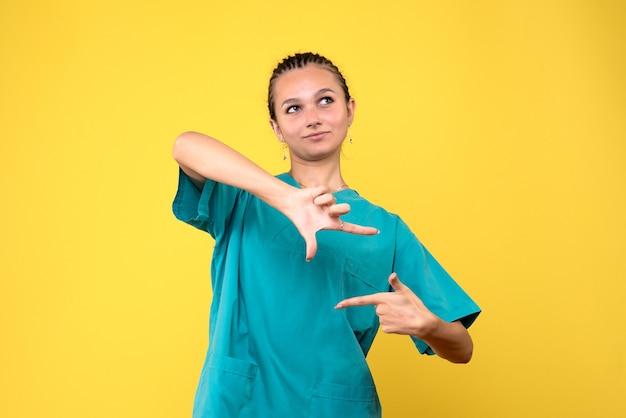 Médica de frente com camiseta médica, enfermeira colorida do vírus do hospital de saúde covid-19