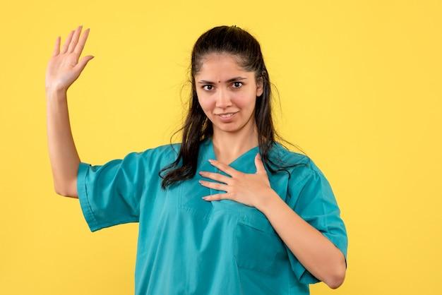 Médica de frente em uniforme promissora
