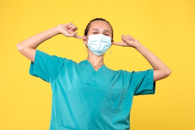 Médica de frente para a médica com camisa médica e máscara com orelhas em abano, enfermeira de saúde, hospital pandêmico de vírus covid-19 médico