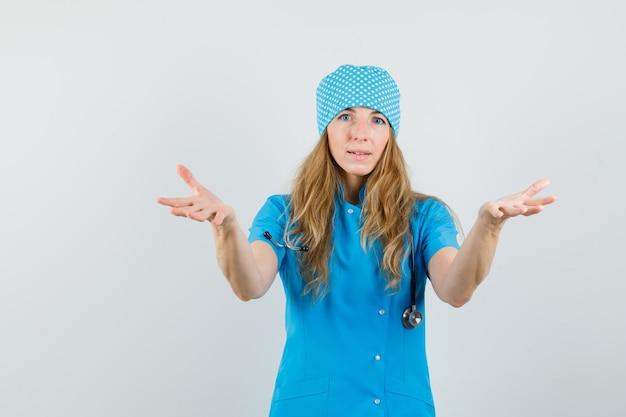 Médica de mãos dadas recebendo algo em uniforme azul