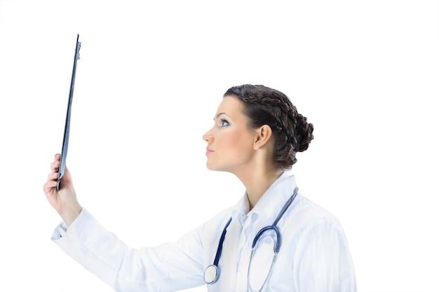 Médica de mulher atraente com os resultados do estudo. isolado em um fundo branco.