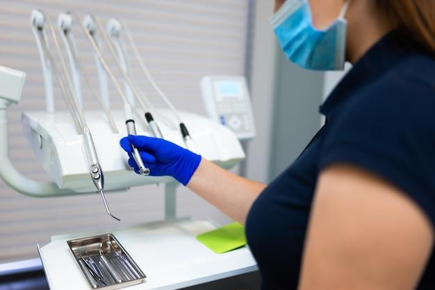 Médica dentista fazendo uma furadeira