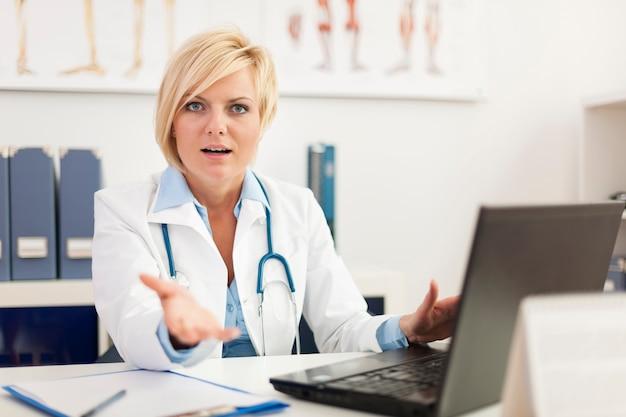 Médica descontente em seu consultório