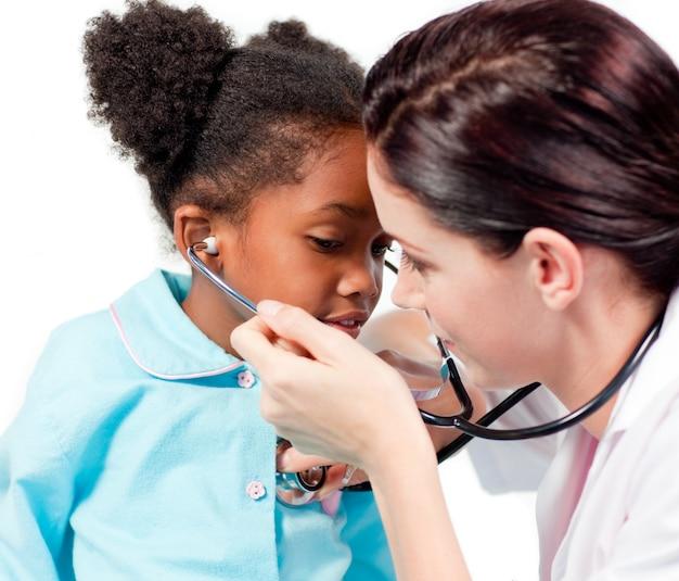 Médica do sexo feminino e seu paciente brincando com um estetoscópio