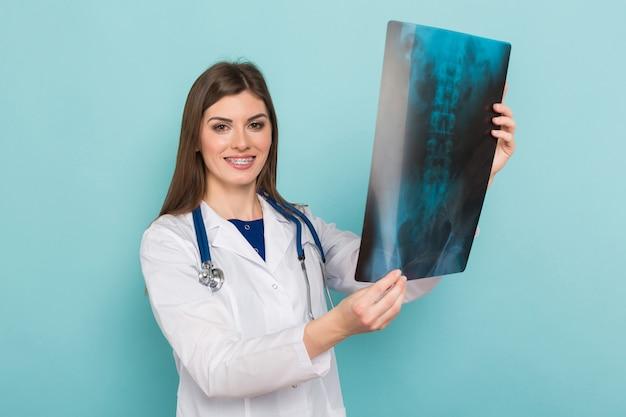 Médica em copos com raio-x