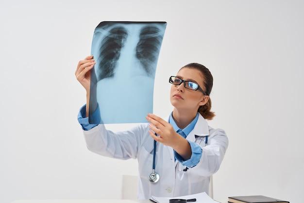 Médica em jaleco branco diagnóstico de tratamento de raio-x