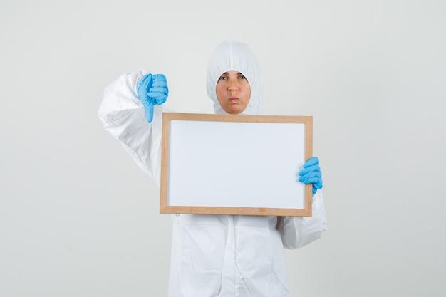 Médica em traje de proteção