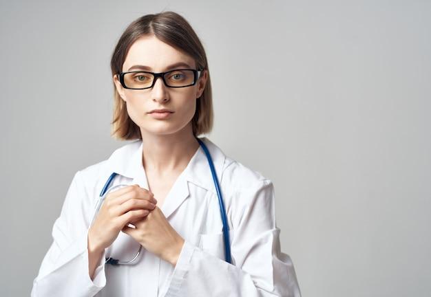 Médica em uniforme médico profissional de saúde. foto de alta qualidade
