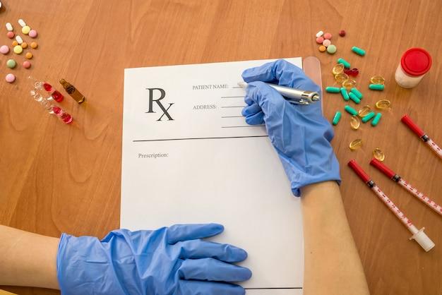 Médica escrevendo papel de receita