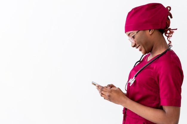 Médica especialista em pé para o lado