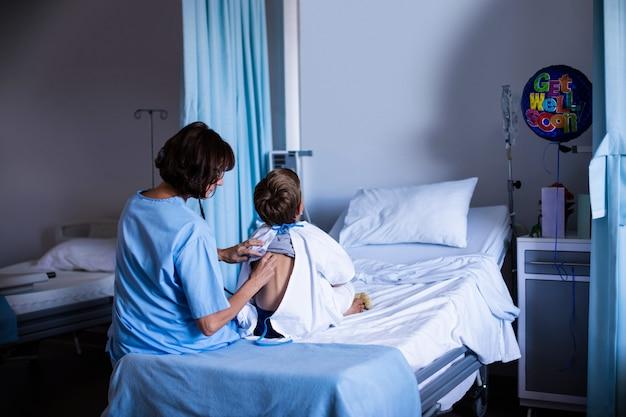 Médica examinando paciente com estetoscópio
