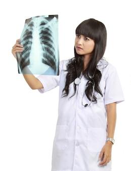 Médica examinando um raio-x