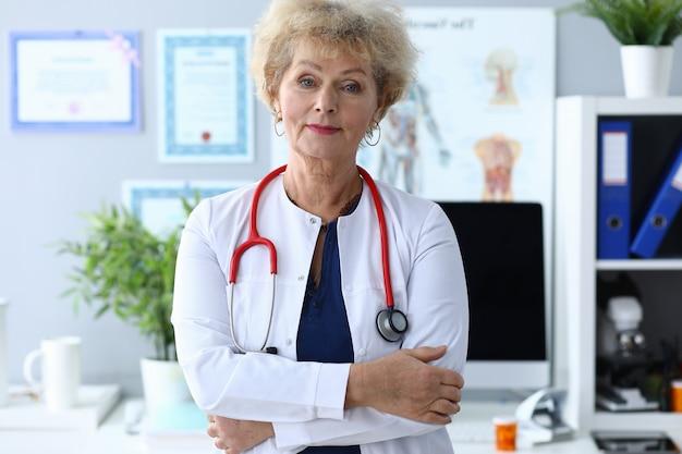Médica experiente pronta para receber pacientes.