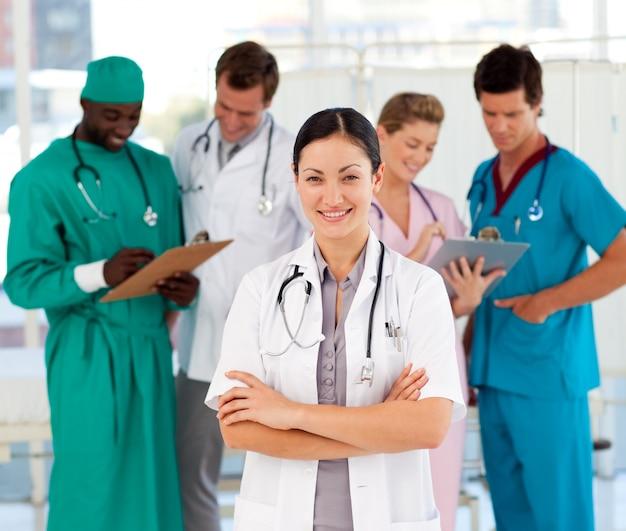 Médica feminina atraente com sua equipe