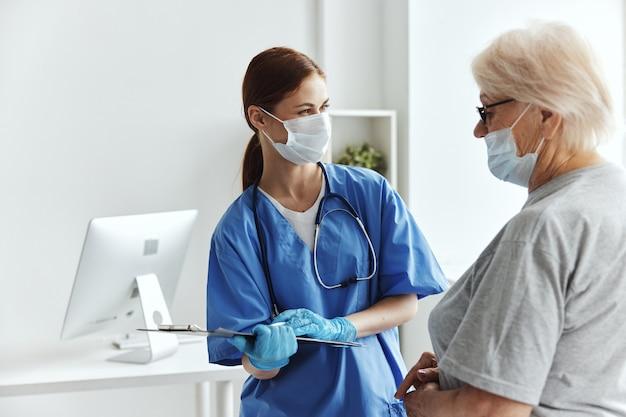 Médica hospitalar visita consultório médico