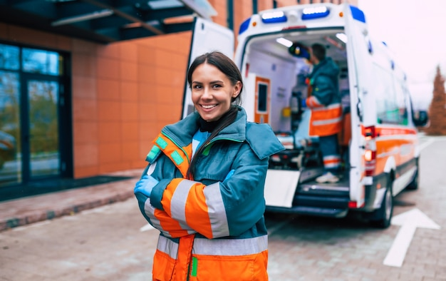 Médica jovem profissional e confiante com ambulância