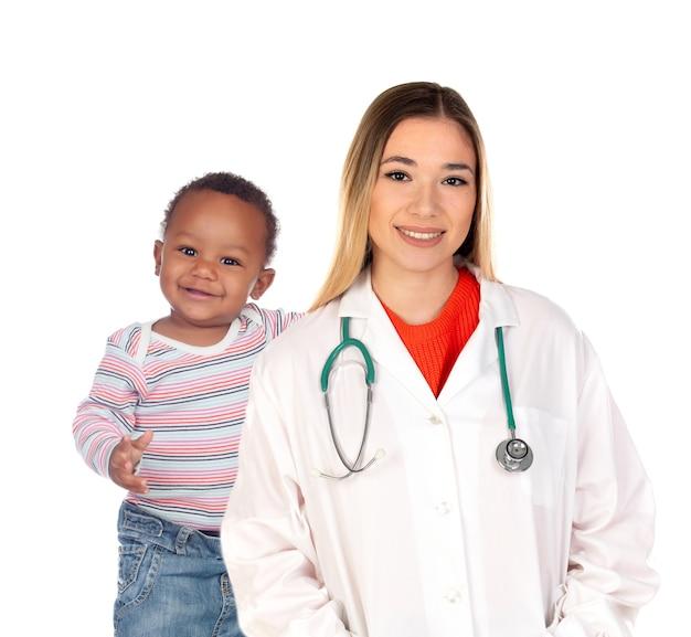 Médica loira com um lindo bebê isolado em um fundo branco