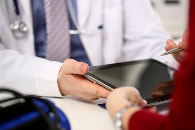 Médica mãos segurar e mostrar digital