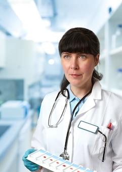 Médica, medicina médica ou um cientista médico de jaleco branco