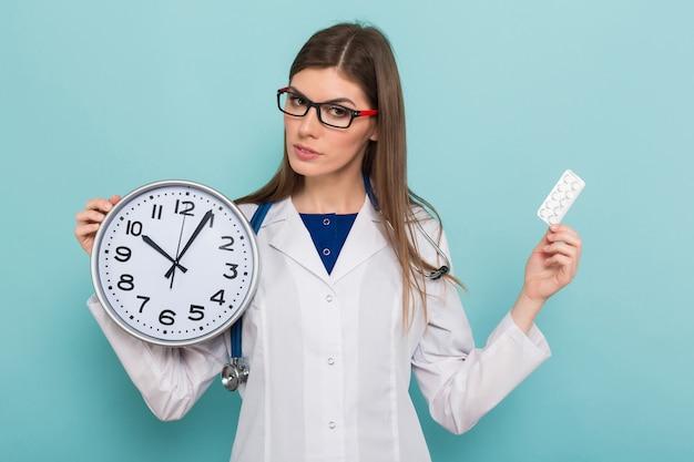 Médica morena em copos com relógio