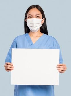 Médica mostrando uma placa em branco