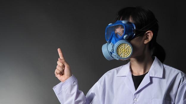 Médica mulher asiática com máscara médica protetora química e óculos de proteção.