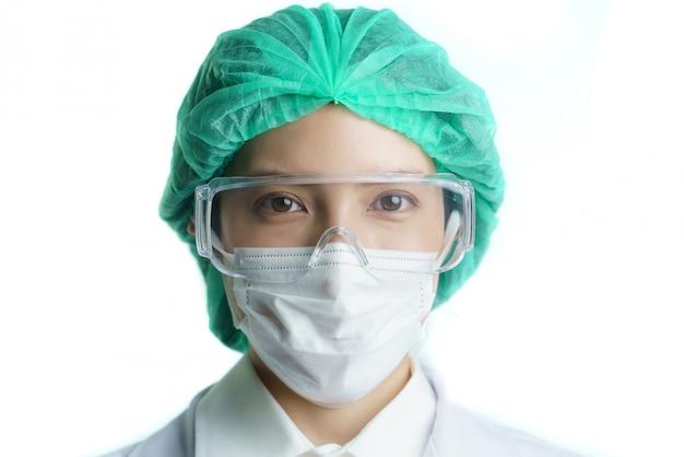 Médica no equipamento de proteção e máscaras, olhando para a frente