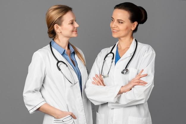 Médica no hospital com estetoscópio