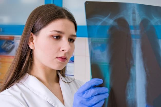 Médica no hospital examina o raio-x dos pulmões.