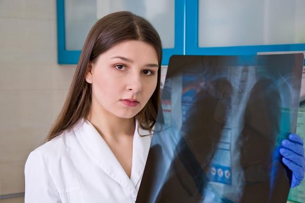 Médica no hospital examina o raio-x dos pulmões. Foto Premium
