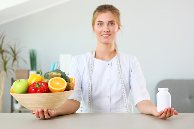 Médica nutricionista em seu consultório demonstra o conceito de alimentação saudável