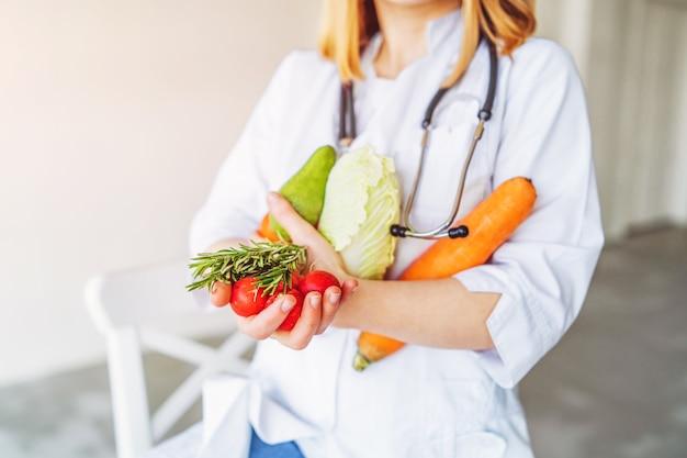 Médica nutricionista pegando comida saudável nas mãos