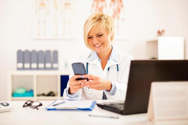 Médica ocupada em seu consultório