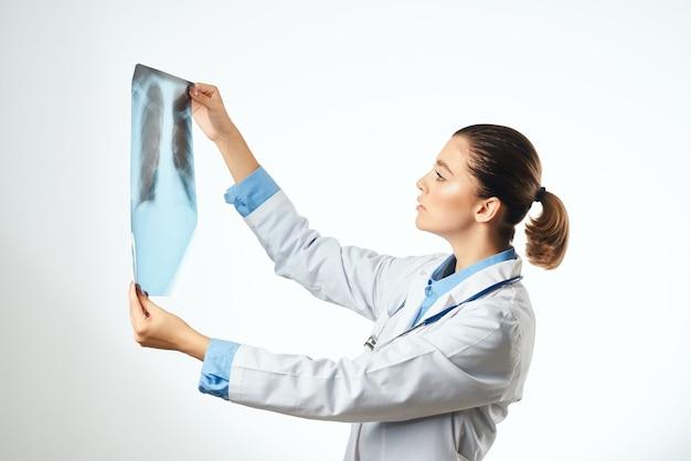 Médica olhando para exame hospitalar profissional de raio-x