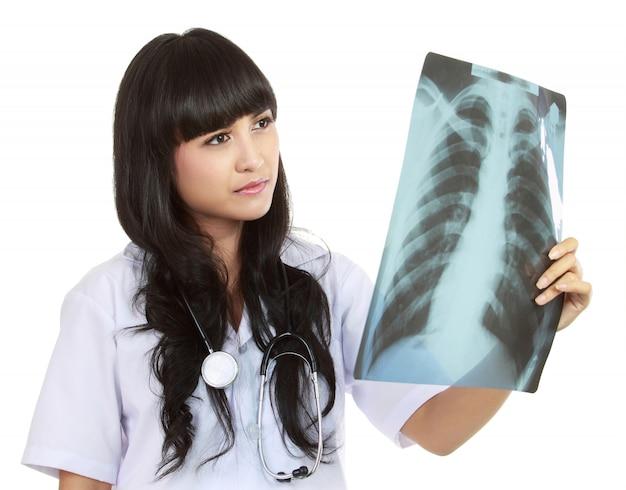 Médica olhando um raio-x