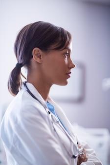 Médica pensativa com estetoscópio na enfermaria
