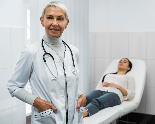 Médica posando ao lado do paciente
