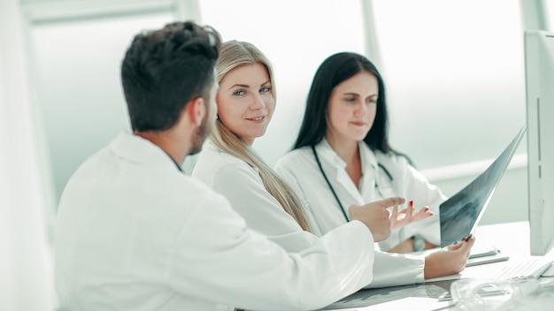 Médica radiologista mostrando um raio-x aos colegas