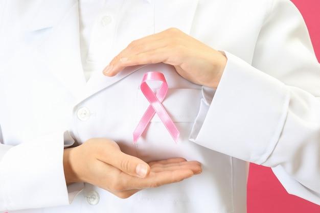 Médica segura fita de conscientização sobre o câncer de mama, close-up