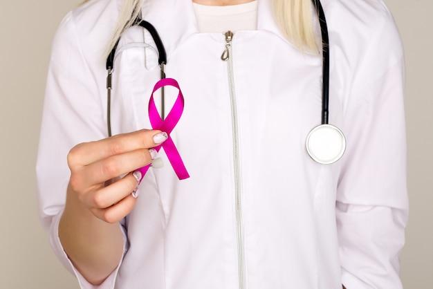 Médica segura fita rosa, dia internacional do câncer de mama, 7 de outubro