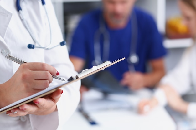 Médica, segurando o documento e almofada de transferência